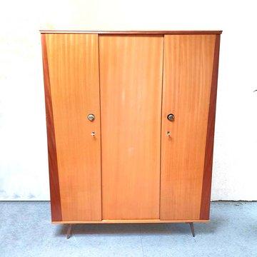 Vintage kledingkast, twee kleuren hout