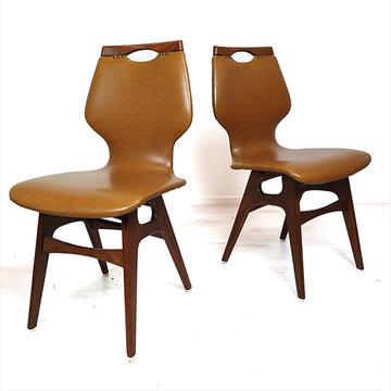 Twee cognac kleurige eetkamerstoelen